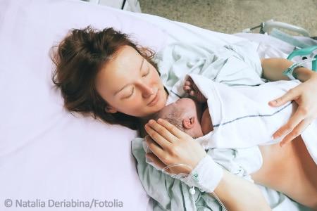Mutter und neugeborenes Baby nach Kaiserschnitt